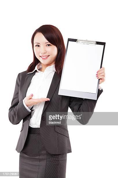 Belle femme d'affaires tenant un vide bloc-notes sur fond blanc