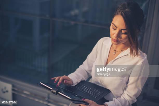 屋外デジタル タブレットを使用して美しいビジネスウーマン
