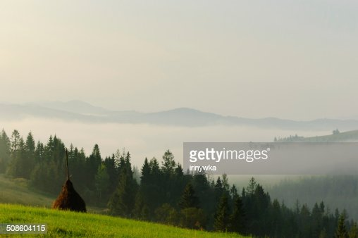Bela Carpathians com uma montanha com nevoeiroweather forecast. : Foto de stock