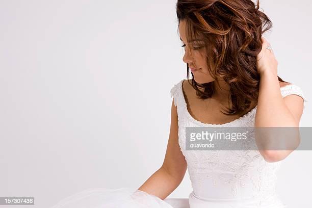 Wunderschöne lässig Braut berührt ihre Haare in Hochzeit Kleid auf Weiß