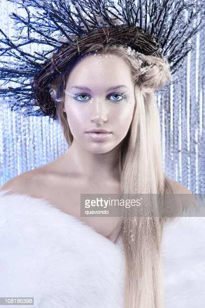 Bonita caucasiana inverno modelo com gelo Rainha da beleza