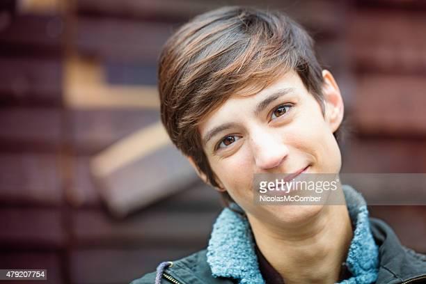Schöne fröhliche junge androgynous British Frau freundlichen Lächeln