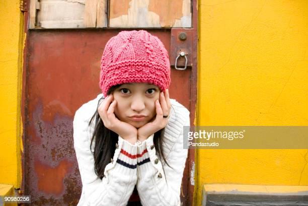 Bella ragazza in Cappello Rosa cinese