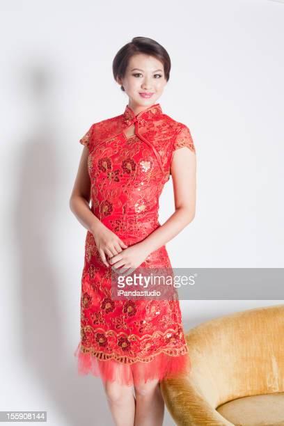 美しい中国の女性赤いチャイナ服を着ている