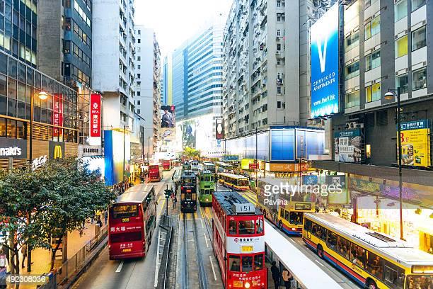 Wunderschöne Farbe Busse und Straßenbahnen in Hongkong, China