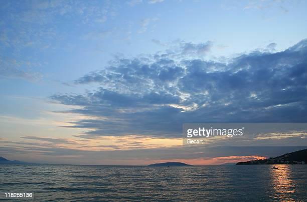 Magnifique coloré coucher de soleil sur la mer Adriatique
