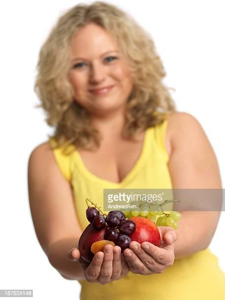 Wunderschöne zuversichtlich Übergewichtige Frau, die köstlichen Frucht