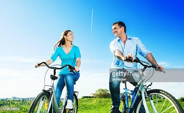 Schönes paar Radfahren im park