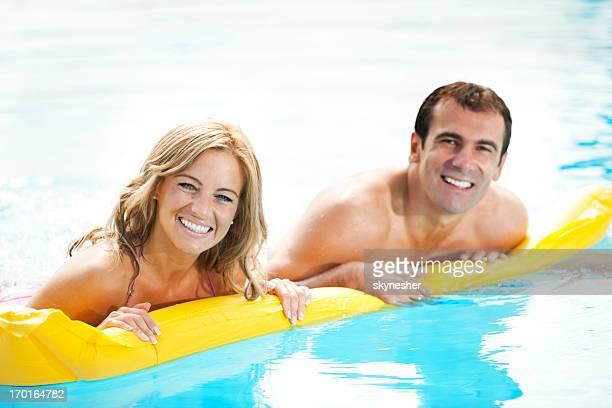 Casal bonito tendo Diversão no na piscina.