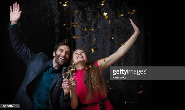 Mooie paar is Nieuwjaar vieren met glitters