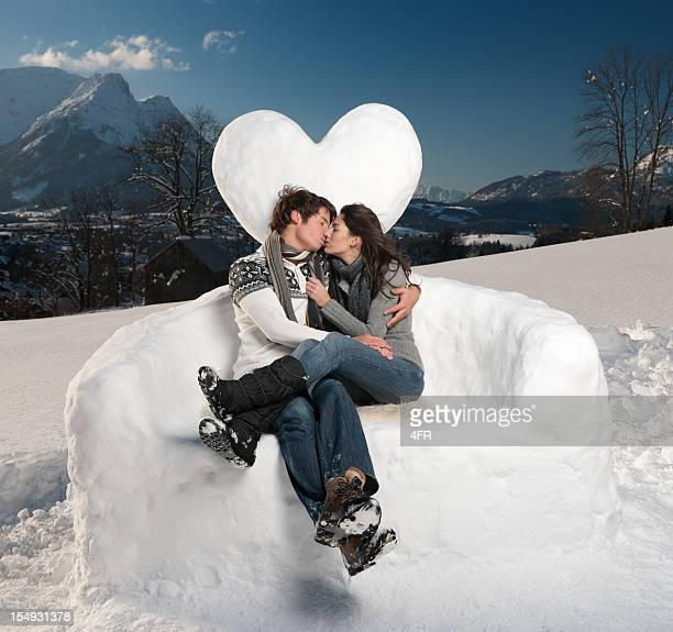 Schönes paar Küssen im Freien