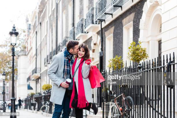 Schönes paar auf der Stadtstraße