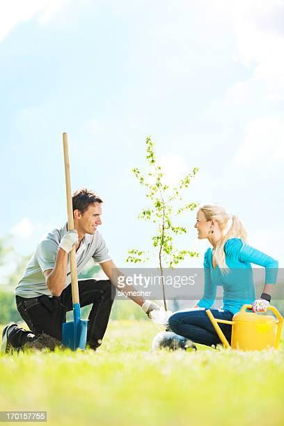 Bella coppia di piantare un albero.