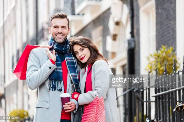 Schönes paar in Stadt entspannt draußen stehen