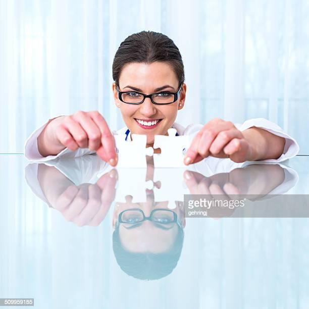 Schöne Arzt mit puzzle