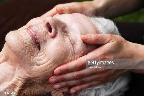 Belle femme âgée recevoir un Massage en douceur