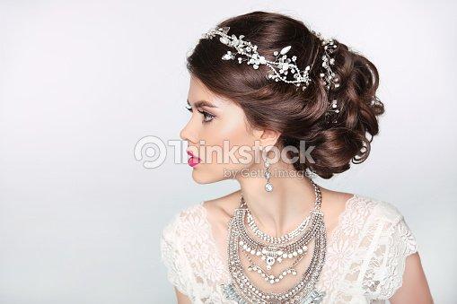 Modele De Belle Fille Elegante Avec Bijoux Et Maquillage Et Coiffure