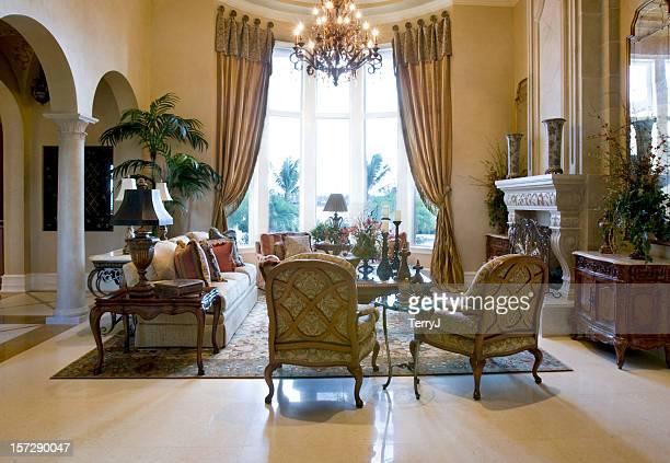 Linda elegante sala de estar na mansão de Casa
