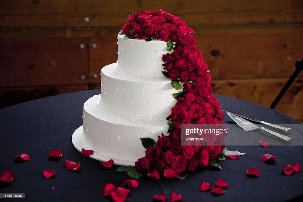 Beautiful Elegant White Wedding Cake Floral Arrangement at Recep : Stock Photo