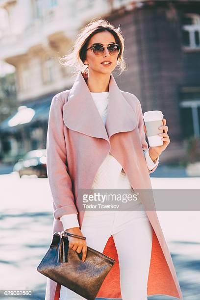 Belle femme élégante, boire du café