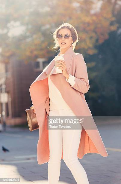 コーヒーを飲みながら美しいエレガントな女性