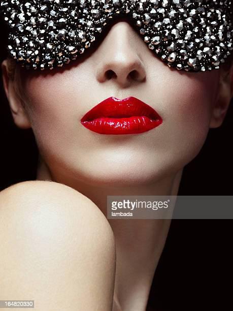 Belle femme avec des lunettes de soleil élégantes