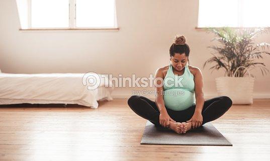 Schöne Werdende Mutter Beim Yoga Zu Hause Stock-Foto | Thinkstock