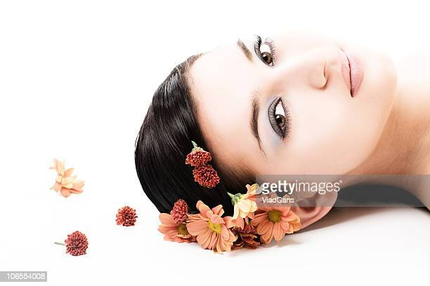 Beau visage avec des fleurs