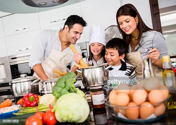 Schöne Familie kochen zusammen