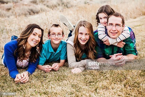 Schöne Familie im Freien