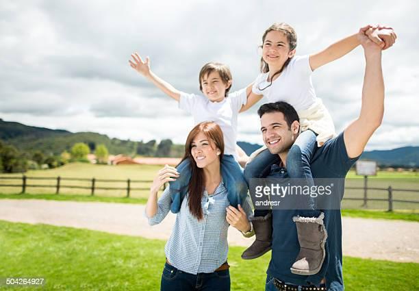 屋外の美しい家族のポートレート