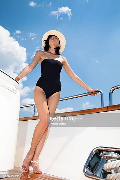 Schöne Mode model Sonnenbaden und posieren auf der Luxusyacht