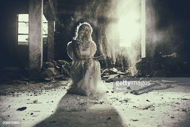 Schöne Frau Engel in alten Ruinen.