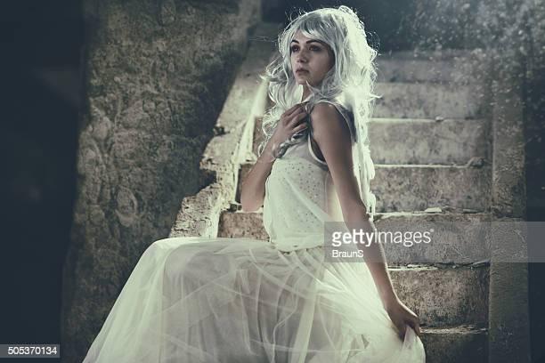 エンジェルポーズ美しい女性の階段。