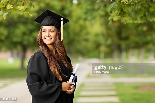 美しい大学大学院卒業証書を持つ女性