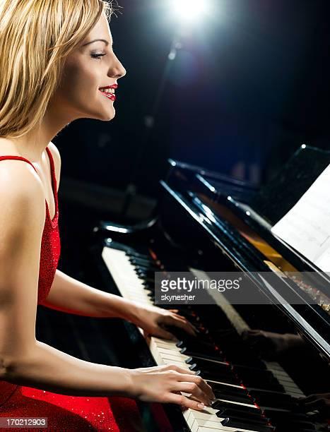ピアニストの美しい雌