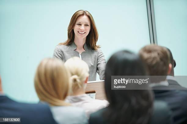 Hermosa mujer hablando en conferencia con altavoz