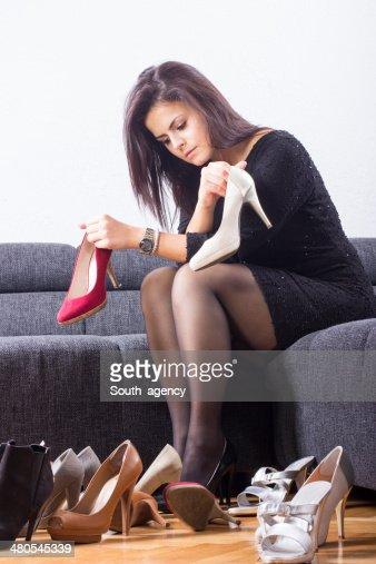 Hermosa Chica elige Zapatos en la habitación : Foto de stock
