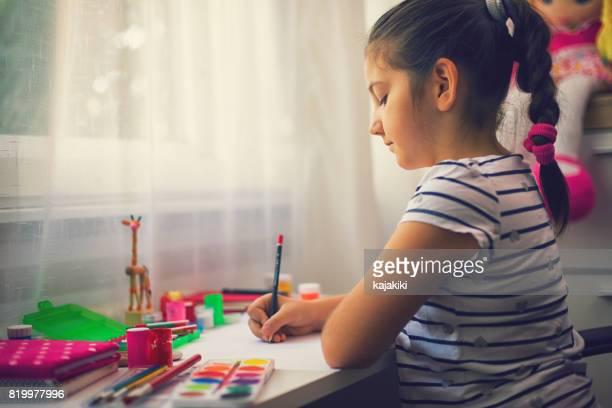 Belle fille à faire leurs devoirs