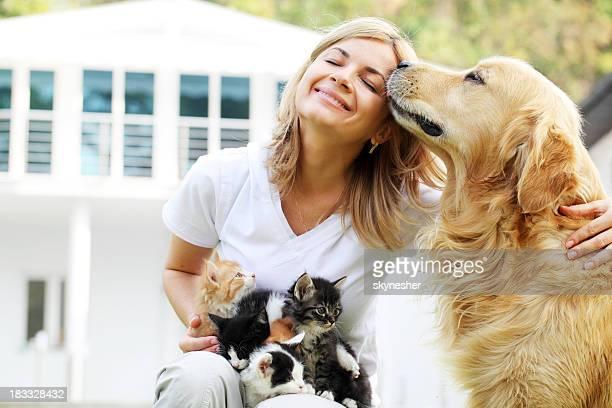 Bella ragazza godendo all'aperto con gli animali domestici.