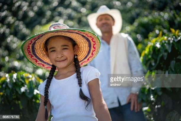 Mooi meisje helpen haar vader bij een koffie boerderij