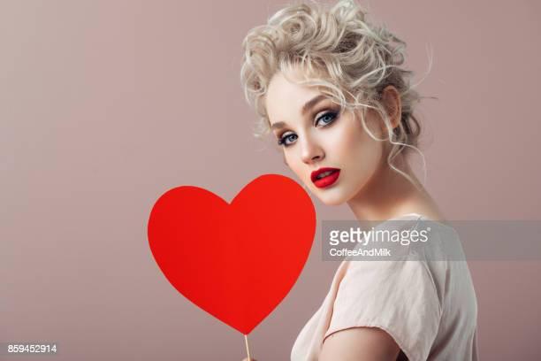 Belle fille tenant Coeur artificiel