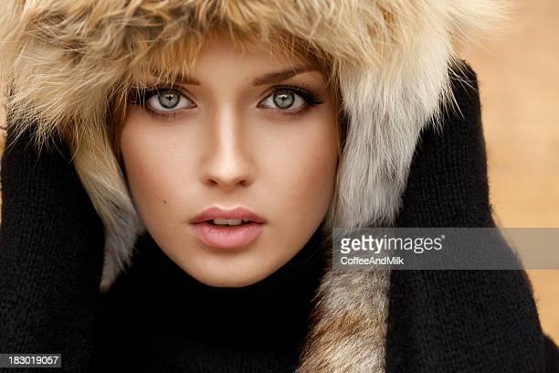 Schöne Mädchen im Pelz Hut