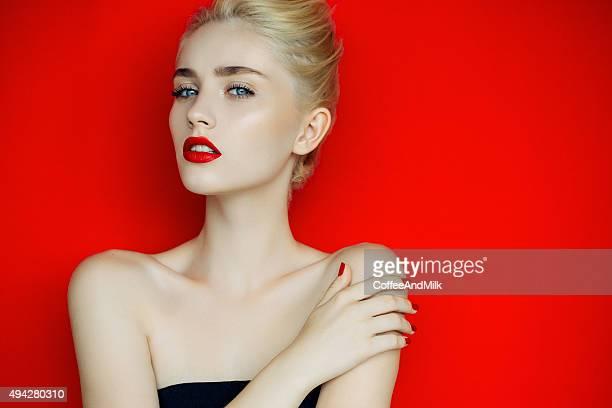 Linda menina sobre um fundo vermelho brilhante