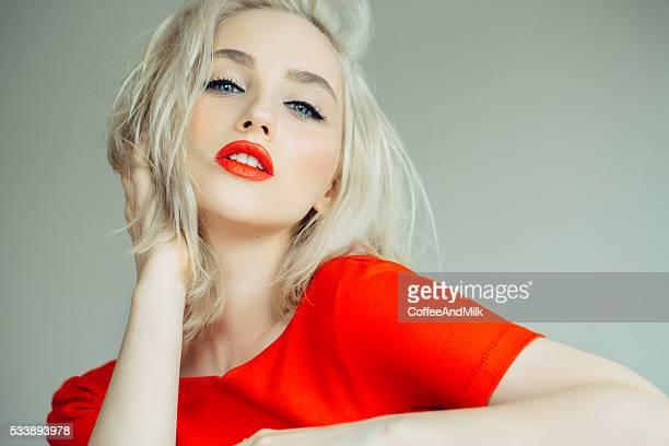 美しい少女、鮮やかな赤背景