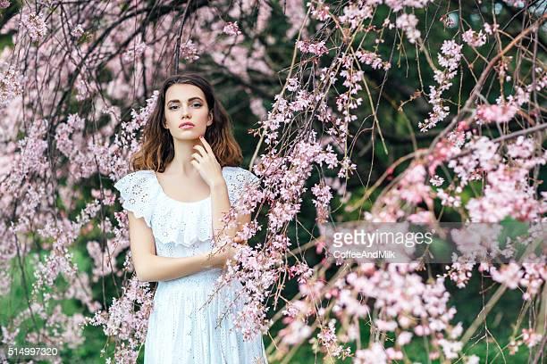 Menina bonita no fundo de Primavera Bush