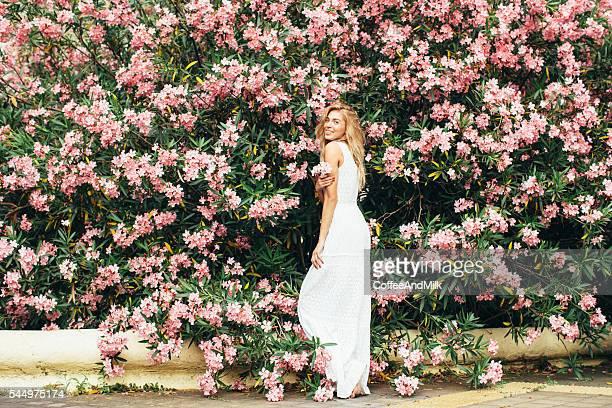 美しい女の子の背景、春のブッシュ