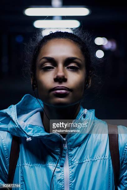 Belle femme posant dans la nuit