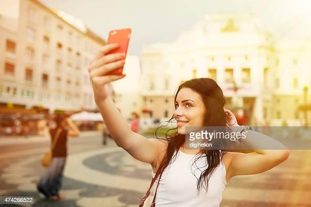 Schöne Mädchen lächelnd und Schülern on the square