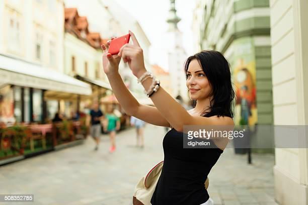 Schöne Mädchen lächelnd und Schülern auf der Straße